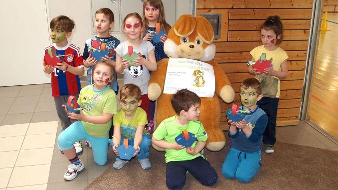 Osterhasenbesuch bei Greizer Kindergartenkindern
