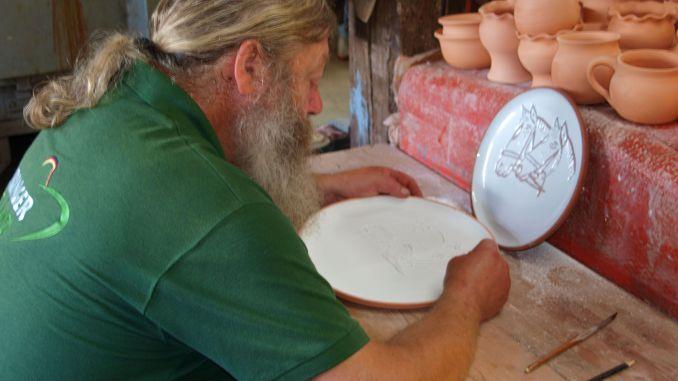 Töpfermeister Ralf Naundorf aus Waldhaus gestaltet und fertigt seit 16 Jahren die Meisterteller