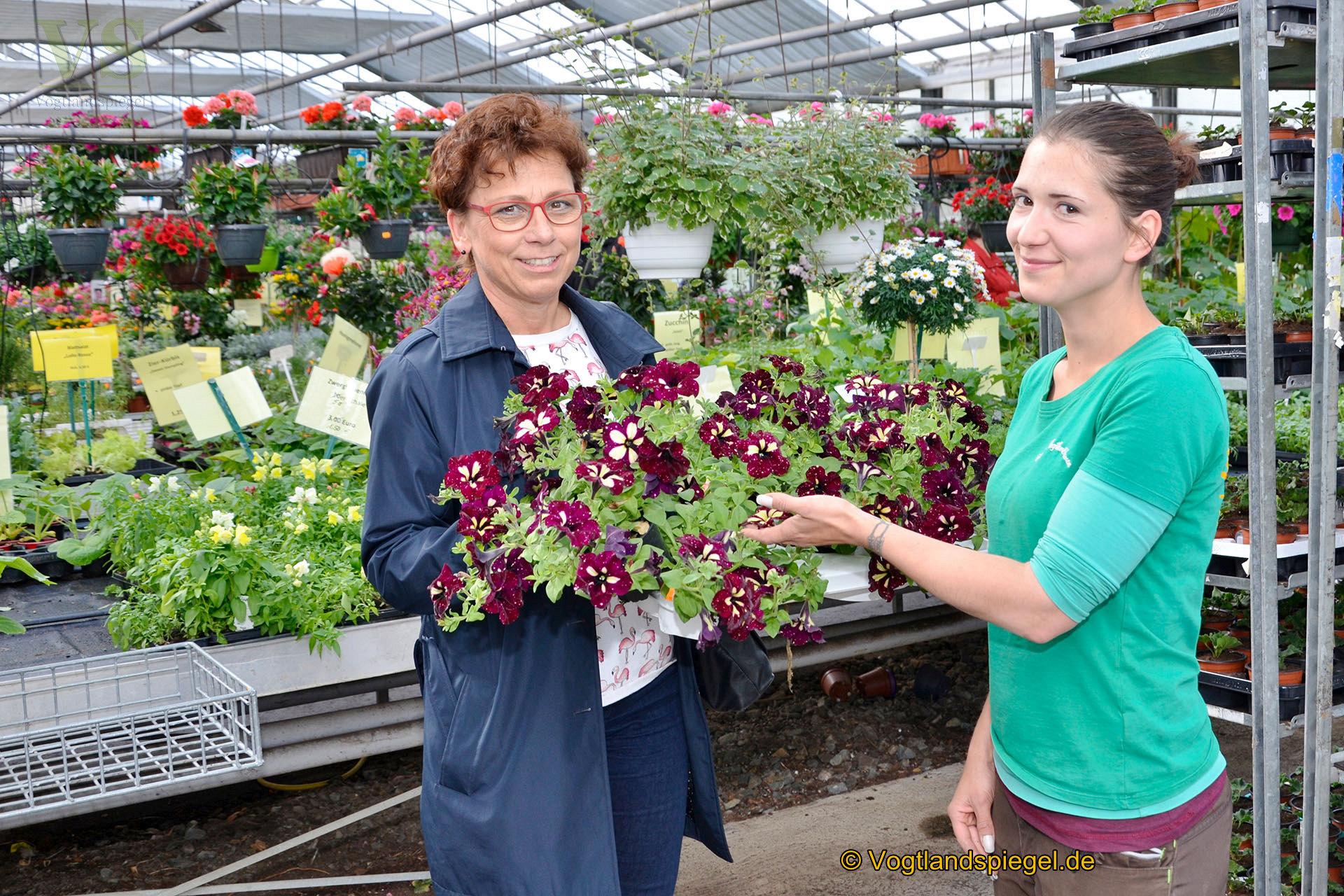 Mitarbeiterin Sabrina (r.) berät Kundin Angela Gollmann beim Pflanzenkauf.