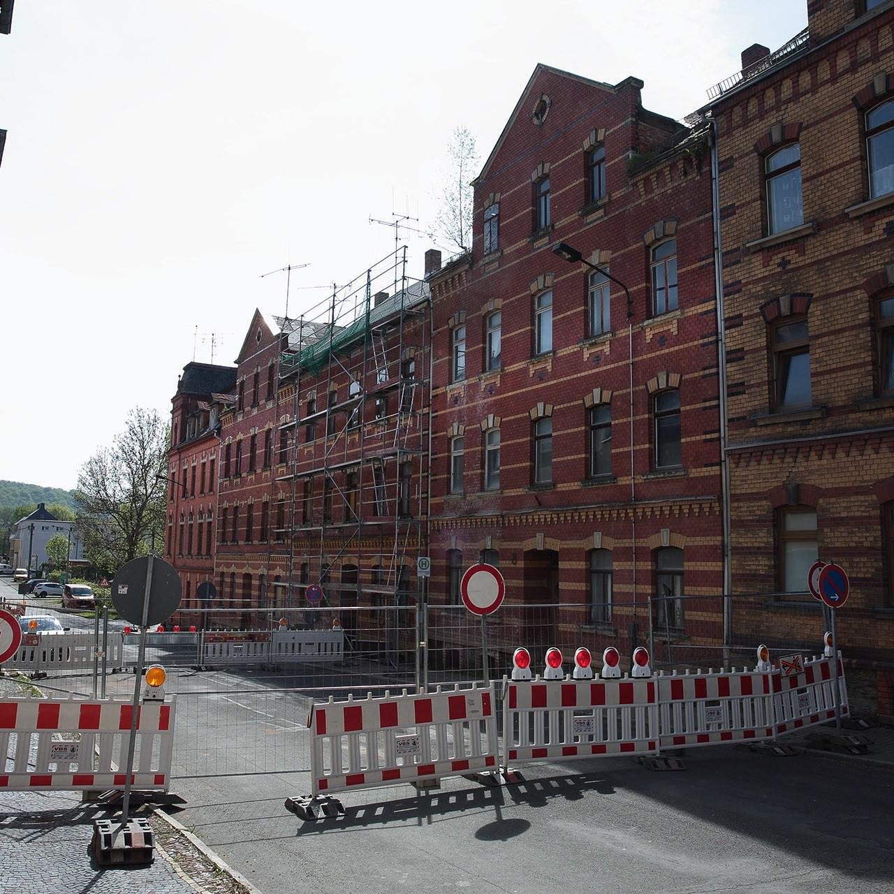 Die Oßwaldstraße in Greiz bleibt vorerst für den Fahrzeug- und Fußgängerverkehr voll gesperrt.