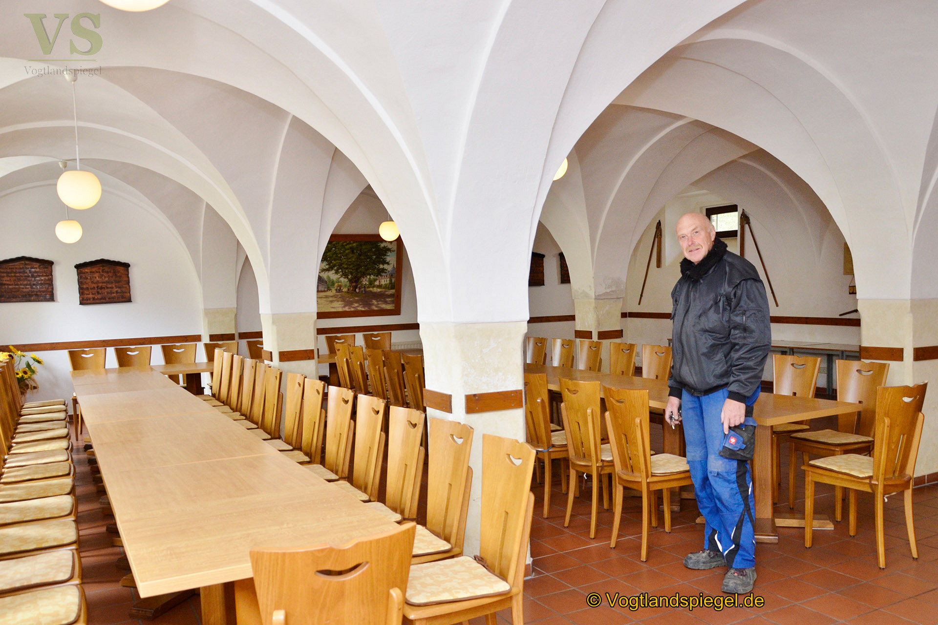 Bürgermeister Gisbert Voigt zeigt das Kreuzgewölbe im Kammergut.