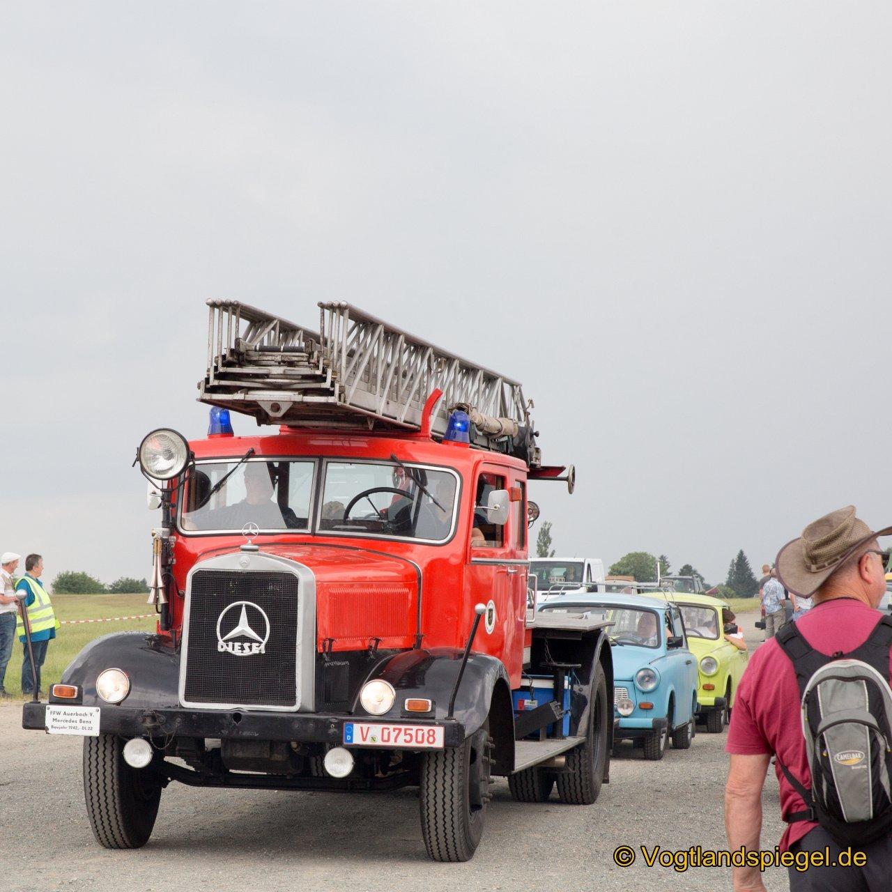 Der Greizer Bürgermeister Alexander Schulze startete die Oldtimer-Ausfahrt mit ca. 57 km durch unser schönes Vogtland mit einer DDR Flagge bei den 1. Ostfahrzeugtreffen auf dem Flugplatz Greiz-Obergrochlitz