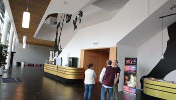 Zwei Hausführungen ermöglichten den Besuchern einen Blick hinter die Kulissen, gaben Aufschluss über die Entstehung der Halle und vermittelten Eindrücke über das Geschehen im Hause.