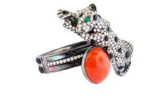 O bracelete de Silvia Furmanovich faz um mix de esmeralda, ônix, madre-pérola negra e coral para dar forma a uma pantera.
