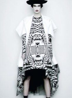 """Dots/ Stripes/ Black/ White"" por Paolo Roversi em Vogue Italia Fev 2011"