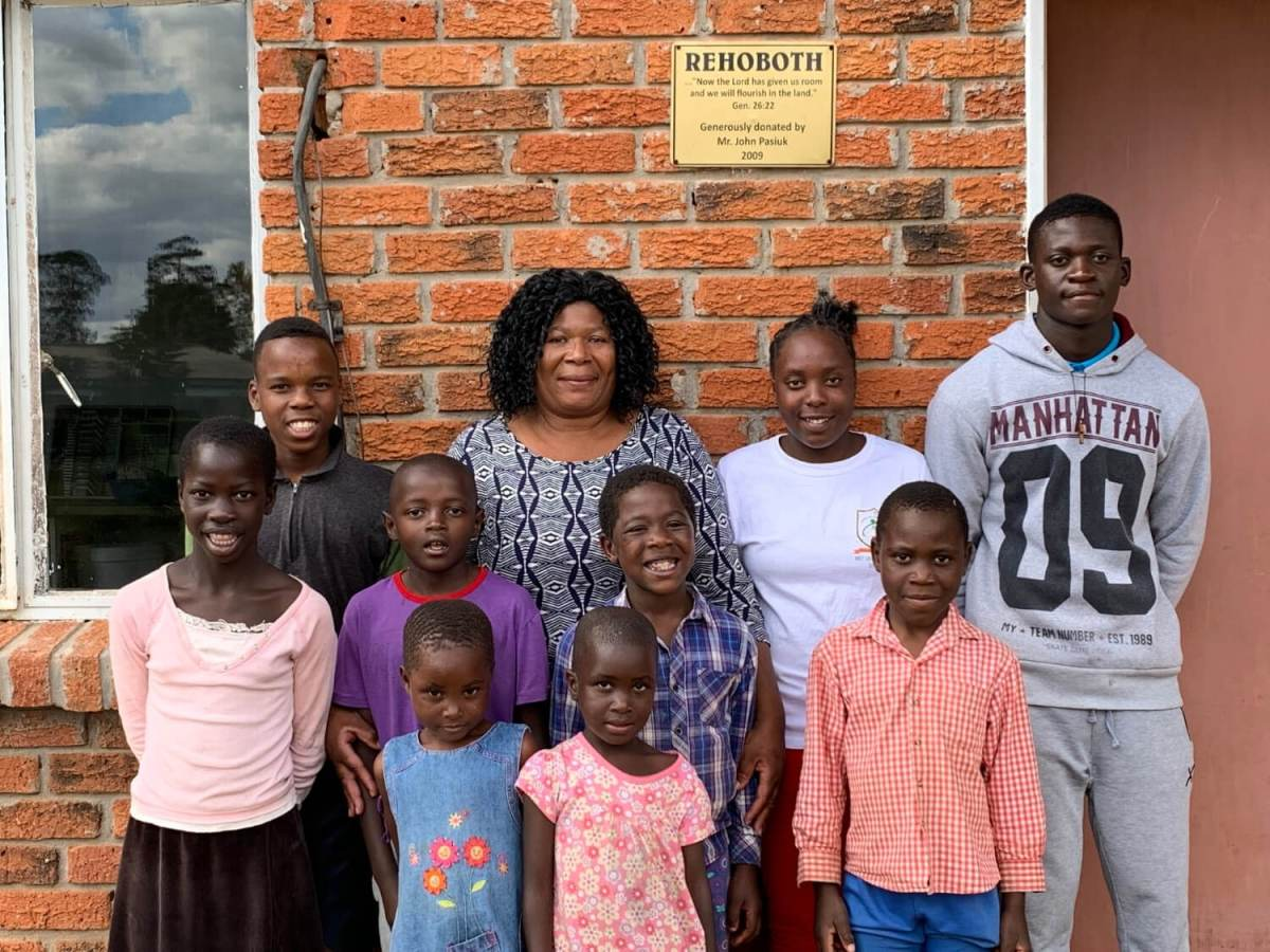 voh zimbabwe - family in front of home