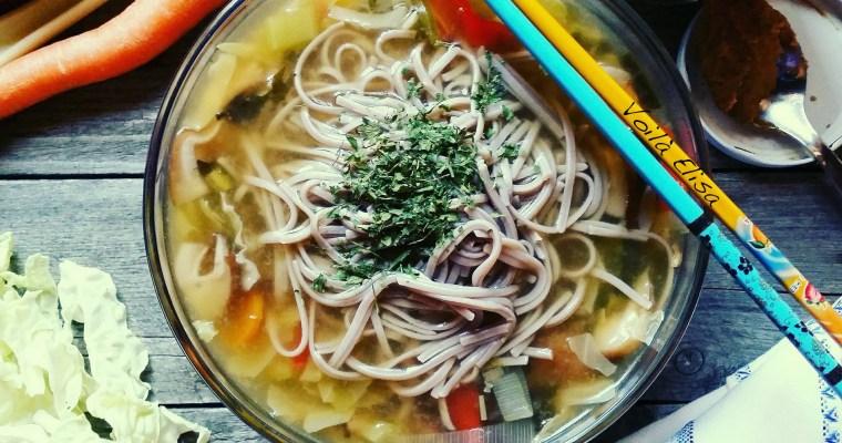 Ramen japonés con setas shitake y algas