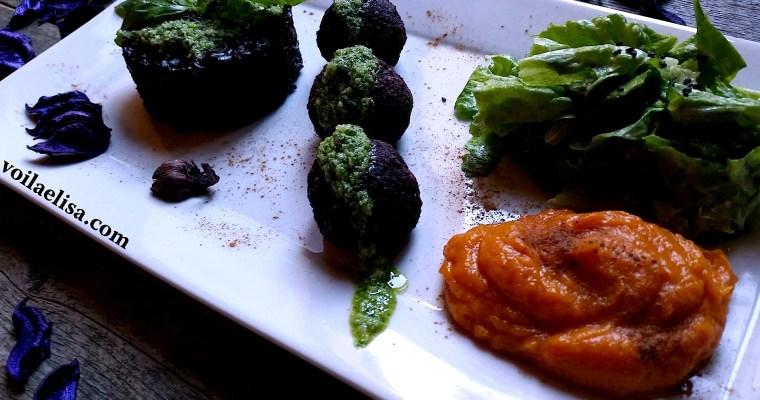 Albóndigas veganas de arroz negro con salsa pesto