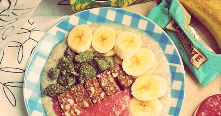 Porridge con granola y mermelada de fresa