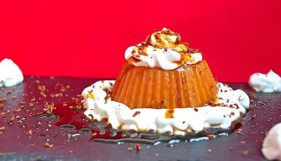 Flan crudivegano con nata y caramelo