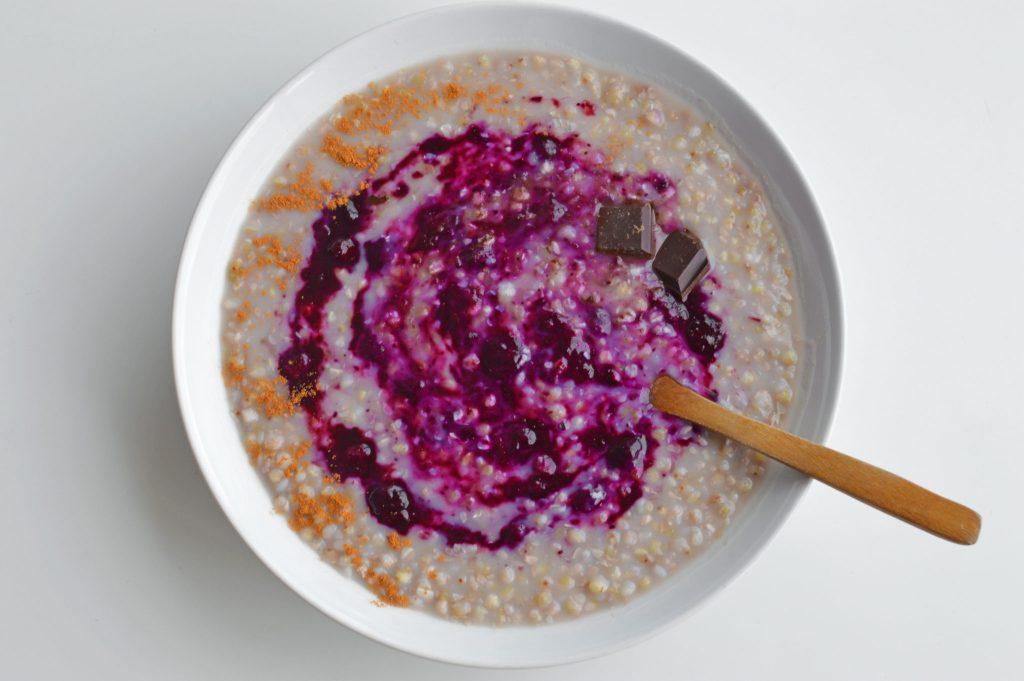 porridge-trigo-sarraceno-gachas-mermelada-arandanos-menstruacion-regla