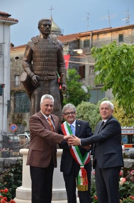 Сред официалните лица, дошли за церемонията са и двамата български посланици в Италия – г-н Марин Райков в Рим и г-н Кирил Топалов във Ватикана, тук е и д-р Александър Горчев, който като кмет води българската делегация от Велики Преслав.