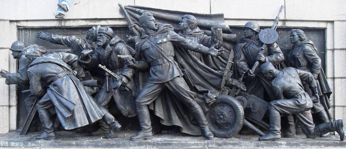 Скулптурна композиция върху западната страна на фундамента, представяща борбата на Червената армия през Втората световна война.