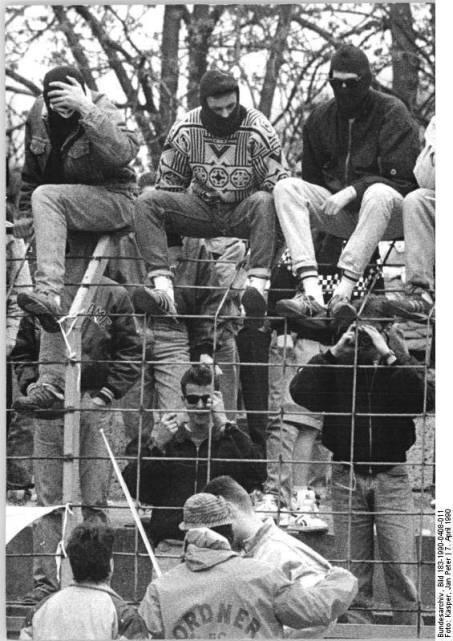 Bundesarchiv_Bild_183-1990-0408-011,_FC_Carl_Zeiss_Jena_-_FC_Berlin,_Ausschreitungen.jpg