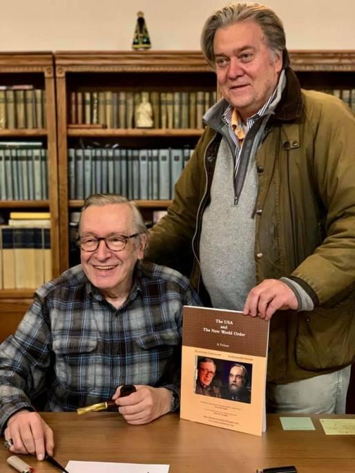 Олаво де Карвальо и Стив Банън позират за снимка в дома на бразилския философ през 2019 г. Снимка: Josias Teófilo