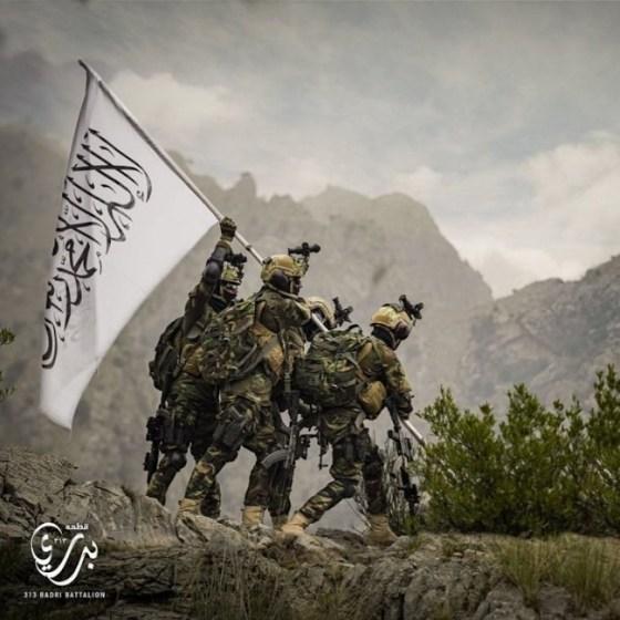 Афганистанските талибани разпространиха тази пропагандна снимка, наподобяваща победното издигане на знамето на САЩ в Иво Джима, облечени с пленено американско оборудване.
