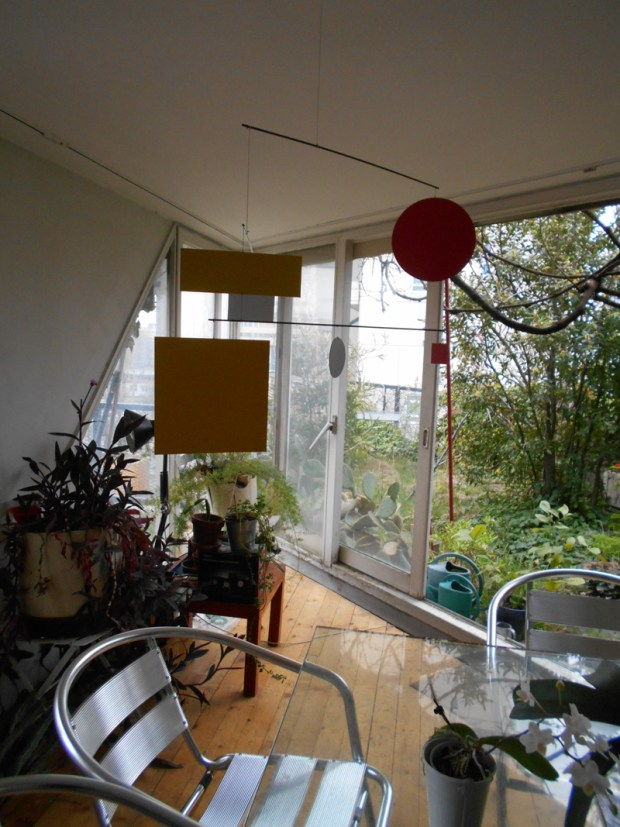 Le salon/salle-à-manger donnant sur deux terrasse privatives séparées par un angle vitré