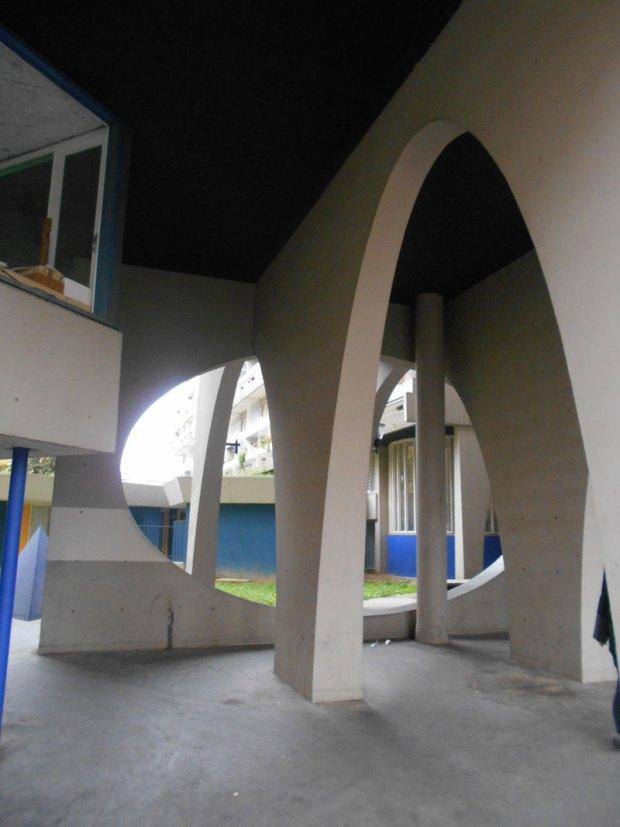 Les arches blanches invitent à la promenade dans le rez-de-jardin public