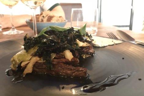 Hampe de bœuf Aubrac, algue du Croisic, sésame, chou, crème d'ail