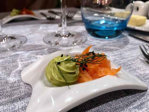 Mise en bouche : guacamole et saumon fumé maison.