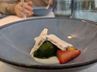 Gros lait de Kerheu au miel d'Ouessant, fraises et rhubarbes acidulées, sorbet «parfum du printemps»