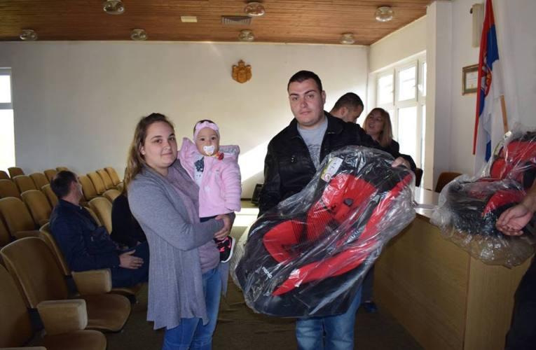 Uručena auto sedišta za prvorođenu decu u Žitištu