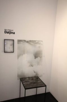 www.kcns.org.rs_2019-06-25_09-20-25_02-oblak-100x70cm-i-sto-more-50x50x60cm-izlozba-daljina-transformart-galerija-1-285x428