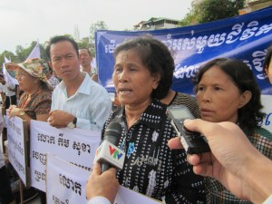 ទូរទស្សន៍វៀតណាម សម្ភាសន៍ពលរដ្ឋខ្មែរ ដែលចូលរួមបាតុកម្មប្រឆាំងលោក កឹម សុខា អនុប្រធានគណបក្សសង្គ្រោះជាតិ កាលពីថ្ងៃទី ០៩ មិថុនា ២០១៣។ រូបថតៈ CMN/Mekong