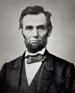អាប្រាហាម លីនខូន (Abraham Lincoln) ប្រធានាធិបតី ទី ១៦ របស់សហរដ្ឋអាមេរិក ។ កើតនៅថ្ងៃទី ១២ ខែកុម្ភៈ ឆ្នាំ ១៨០៩-ស្លាប់នៅថ្ងៃទី ១៥ ខែមេសា ឆ្នាំ ១៨៦៥ (អាយុ ៥៦ ឆ្នាំ) ។ រូបថតនៅខែវិច្ឆិកា ឆ្នាំ ១៩៦៣ ។ www.wikipedia.org
