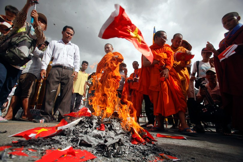 អ្នកតវ៉ានៅមុខស្ថានទូតវៀតណាម នៅទីក្រុងភ្នំពេញ បានដុតទង់ជាតិវៀតណាម នៅរសៀលថ្ងៃទី ១២ សីហា ឆ្នាំ ២០១៤ ។ REUTERS/Samrang Pring/File Photo
