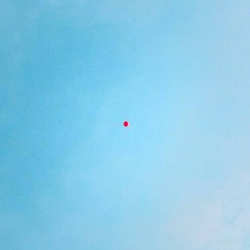 Il palloncino rosso è un racconto breve di Chiara Mancinelli che fa parte della serie le Le storie istantanee, racconti brevi ispirati a foto.