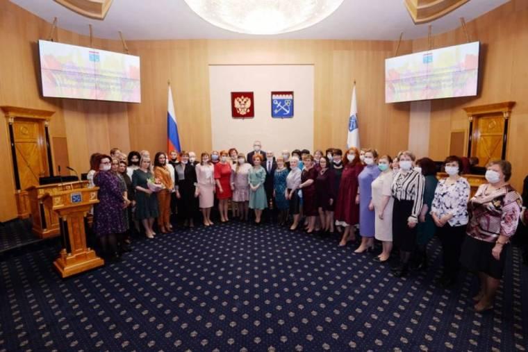 Торжественное поздравление и награждение ленинградских женщин в Доме Правительства ЛО