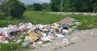 Divlja deponija iza marketa IDEA kod pružnog prelaza Pažići