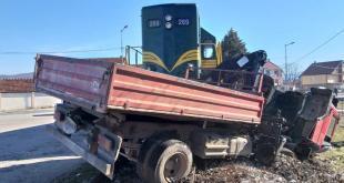 Nikšić: Voz udario u kamion, jedna osoba lakše povrijeđena