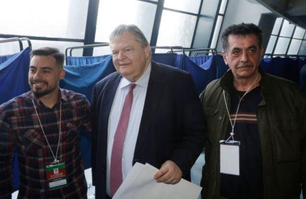 Ο Ευ. Βενιζέλος φωτογραφίζεται με συνέδρους