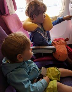 Alles spannend im Flieger für die Kinder