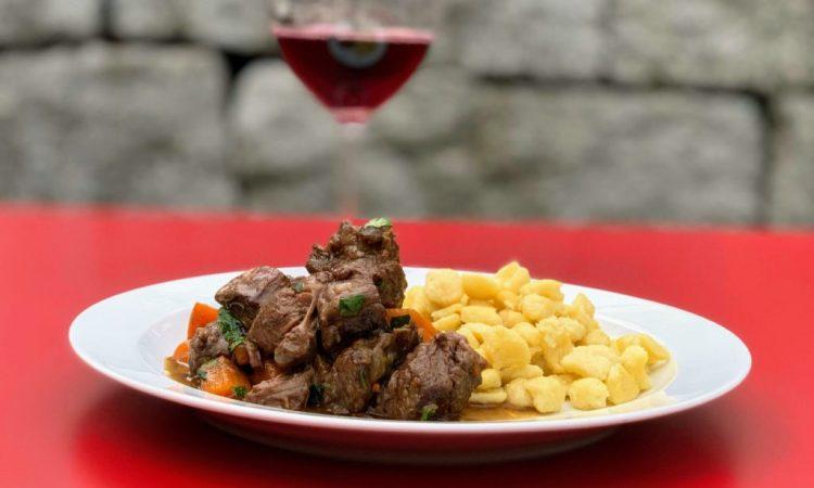 Rindsvoressen Schweizer Gulasch Gericht