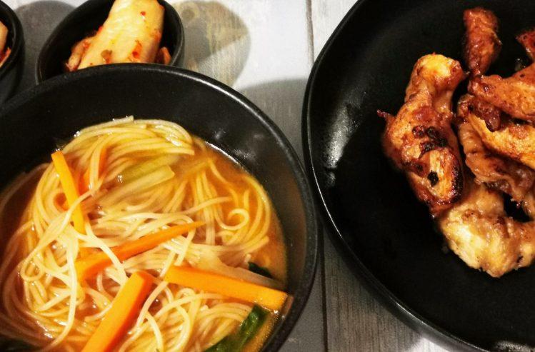 Koreanische Suppe mit Kimchi zum Hähnchen mit Knoblauch - Khanpunggi