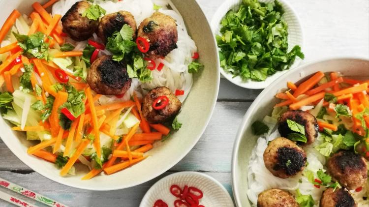 Bun Cha - vietnamesische Hackbällchen mit Reisnudeln und Nuoc Cham Sauce - oben