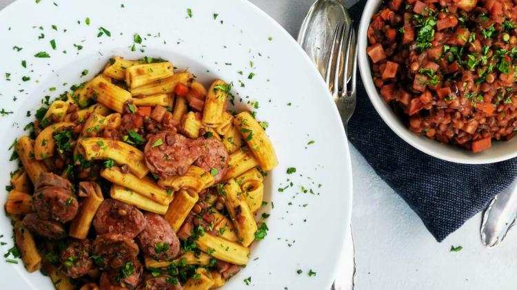 Hausgemachte Pasta mit Linsen und Salsiccia