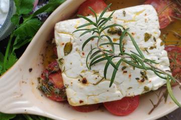 Gebackener griechischer Schafskäse mit Tomaten - Feta Psiti