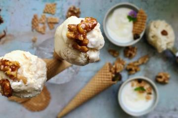 Griechisches Walnuss-Joghurt-Eis mit Honig und karamellisierten Walnüssen