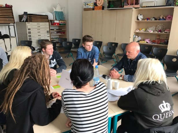 Thementisch mit Schülern und dem Abgeodneten.