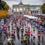 Marathonläufer im Hintergrund das Brandenburger Tor