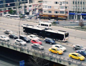 Mehrspurige Straße mit Stau der PKW und einem Bus auf gesonderter freier Fahrbahn
