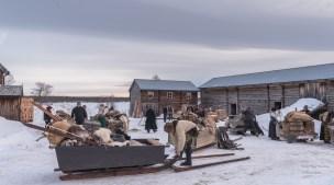Klargjøring av hest og slede på Lomviksgården før avgang .