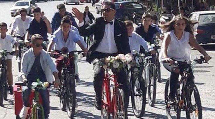 Γαμπρός πήγε στην εκκλησία με ποδήλατο συνοδευόμενος από τους μαθητές τoυ