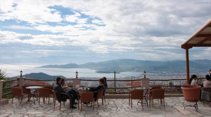 Πίνεις, τρως, απολαμβάνεις υπέροχη θέα και όλα αυτά ΜΟΝΟ με 10 ευρώ!