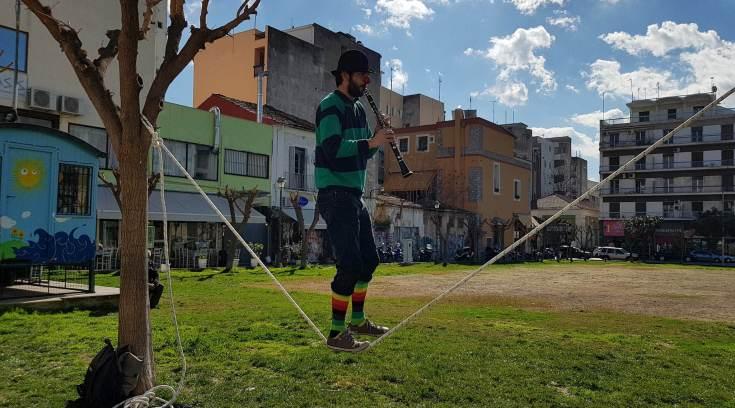 Βολιώτης κλόουν, πάνω σε τεντωμένο σχοινί παίζει κλαρίνο!