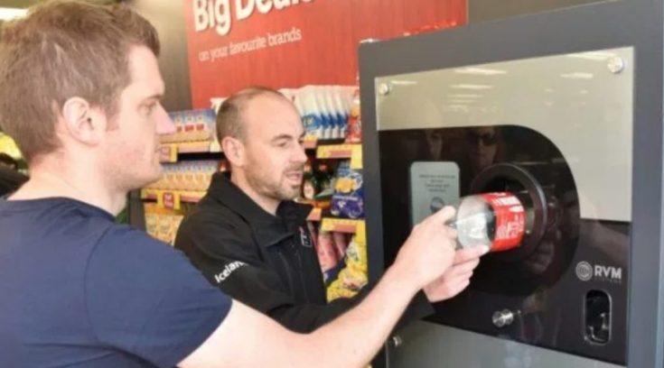 Σούπερμαρκετ πληρώνει τους πολίτες για να ανακυκλώνουν τα πλαστικά μπουκάλια